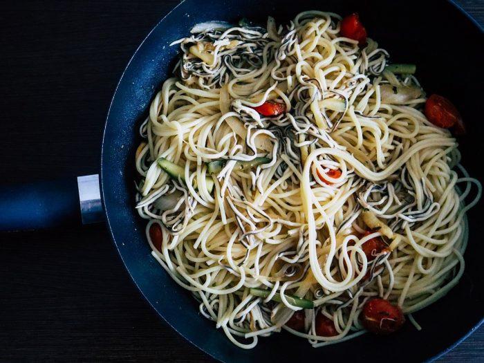 Espaguetis con Gulas al Ajillo, pasta al ajillo, pasta con gulas, espaguetis al ajillo, fideos al ajillo