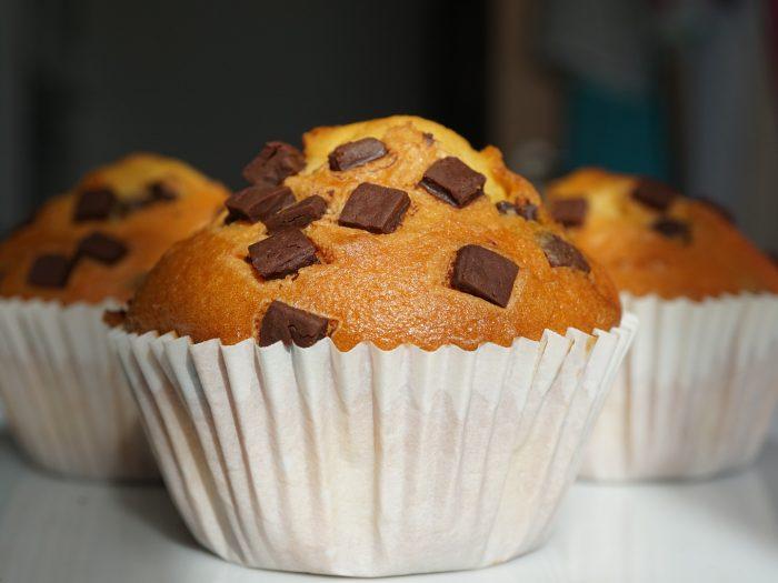 muffins de vainilla y chips de chocolate, muffins de vainilla y pepitas de chocolate, muffins ingleses
